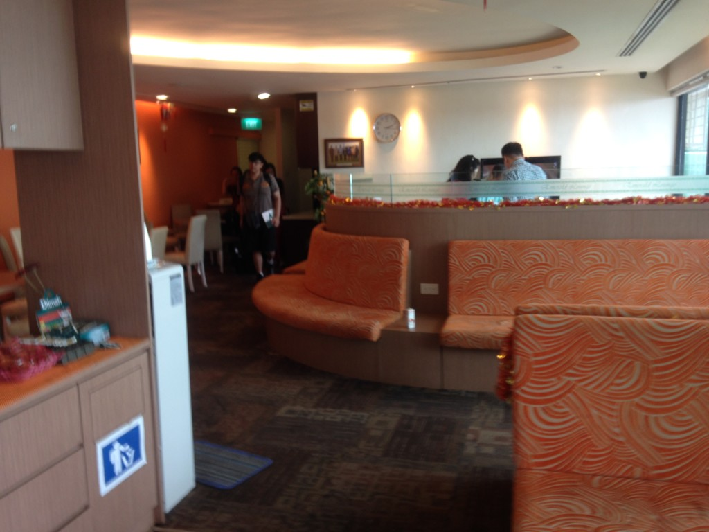 Lounge at Tenah Merah. Not many people since it was already boarding time.