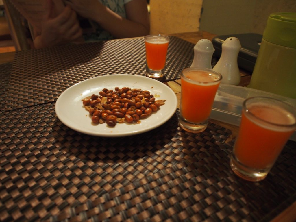 Welcome drinks with nuts.